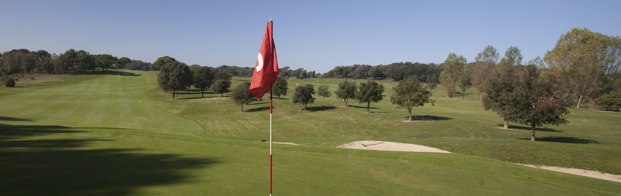 Camp de golf amb bandera vermella