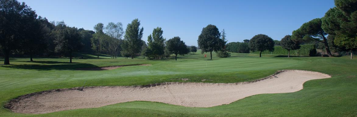Llac de sorra en mig d'un camp de golf