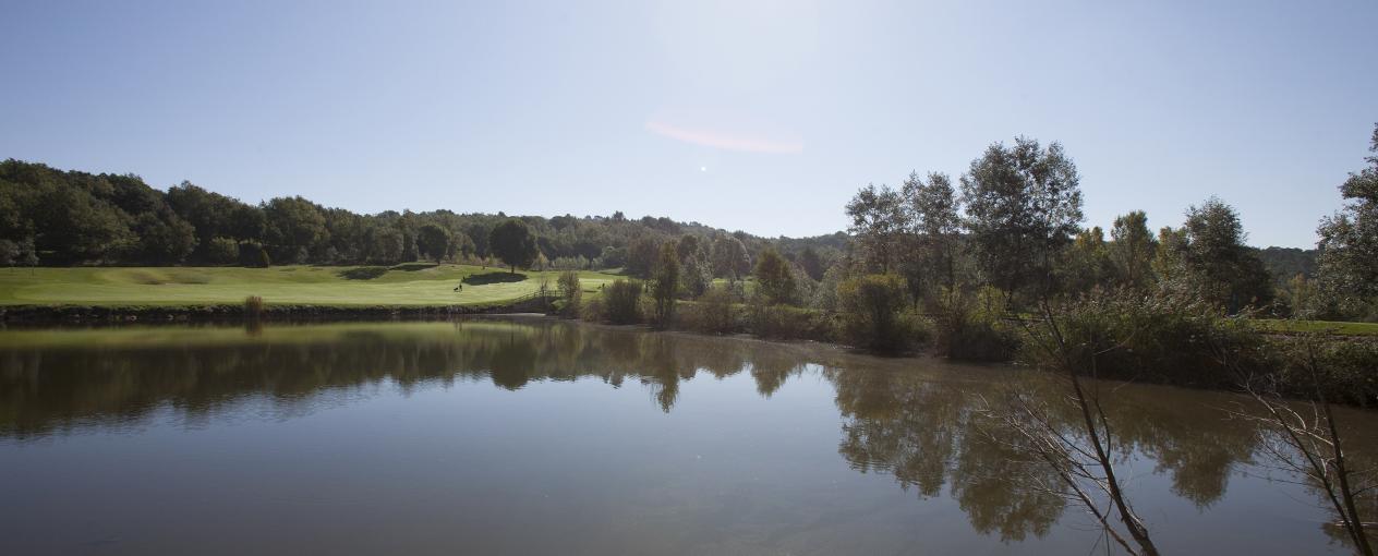 Camp de Golf al costat d'un llac natural